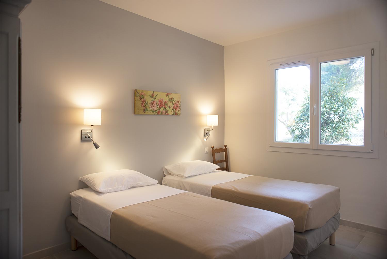 Appartements t3 4 6 couchages la bastide des joncas for Chambre 3 personnes